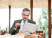 Österreich, Geschäftsmann macht Pause in Restaurant, Zeitung lesend, Kaffee trinkend