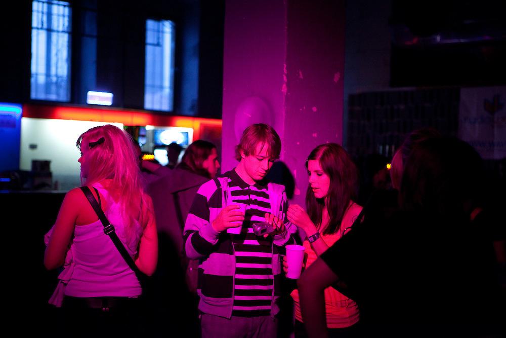 Besucher der MeetFactory im Prager Stadtteil Smichov während einer Abendveranstaltung mit Kunst und Live Musik.