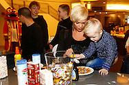 30-01-2016 VOETBAL:WILLEM II:PANNENKOEKENBAKKEN<br /> Bij CVT Tilburg waren Robbie Haemhouts van Willem II en Kostas Lamprou van Willem II om pannenkoeken te bakken voor supporters en bezoekers<br /> <br /> Foto: Geert van Erven