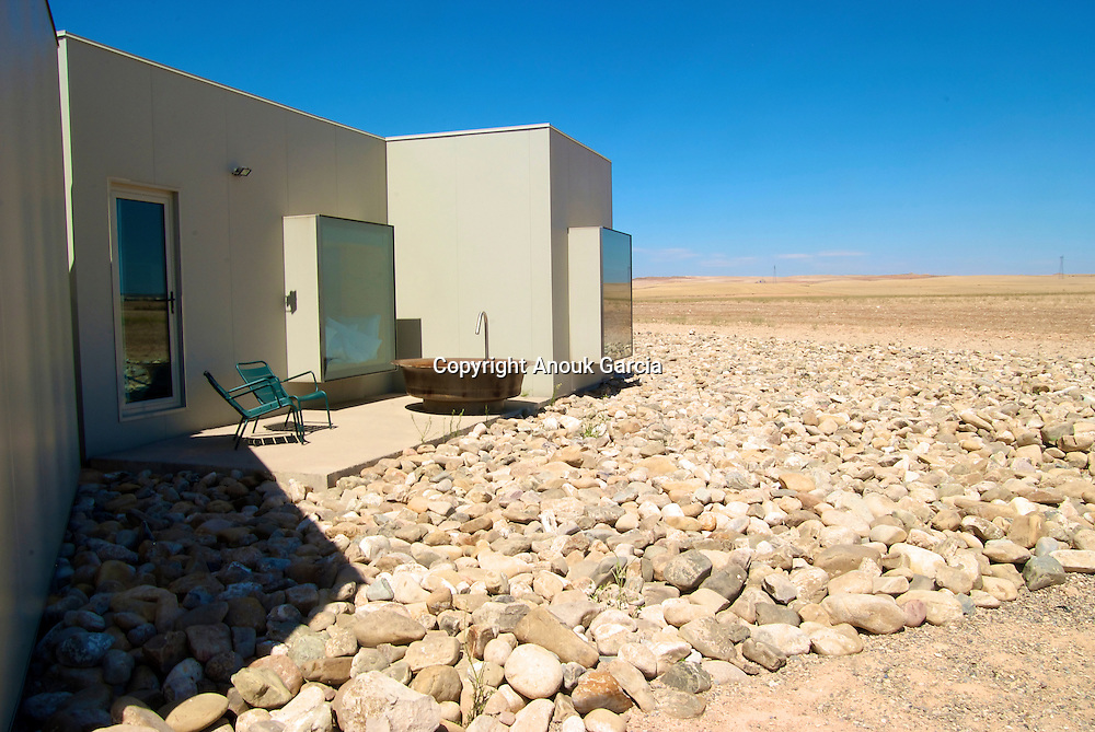 Ho?tel Aire Bardenas.Les 22 chambres de ce 4 e?toiles construites dans des cubes bio-climatiques ou? s'immisce un paysage lunaire, font pleuvoir les prix d'architectures..L'oeuvre de deux jeunes architectes audacieux : Monica Rivera et Emiliano Lopez.www.airedebardenas.com///Hotel Aire Bardenas.The 22 rooms of this 4 stars built in bioclimatic cubes where is involved a lunar landscape, make rain the prices of architectures..The work of two young daring architects: Monica Rivera and Emiliano Lopez.www.airedebardenas.com