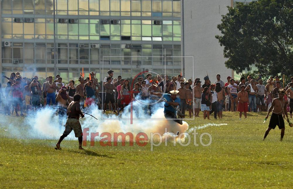 Brasilia (DF),   25/04/2017- A Polícia Legislativa usou bombas de gás para dispersar uma manifestação de índios em frente ao Congresso Nacional, em Brasília, nesta terça-feira, 25. O grupo está na capital federal para protestar contra o governo do presidente Michel Temer e reivindicar o avanço na demarcação de terras indígenas. Por volta das 15h30, os índios desceram correndo o gramado em frente ao Congresso e foram impedidos por policiais da Tropa de Choque de acessar a entrada que dá acesso à Câmara e ao Senado. Mais numerosos, porém, eles conseguiram furar o bloqueio e começaram a pular dentro do espelho-d'água. Caixões de papel foram jogados no gramado e no espelho-d'água   . Foto: Renato Costa / FramePhoto