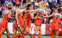 AMSTELVEEN - Lidewij Welten (Ned) (midden) heeft de stand op 2-1 gebracht    tijdens de halve finale  Nederland-Duitsland (2-1) van de Pro League hockeywedstrijd dames.  rechts Xan de Waard (Ned) . COPYRIGHT  KOEN SUYK