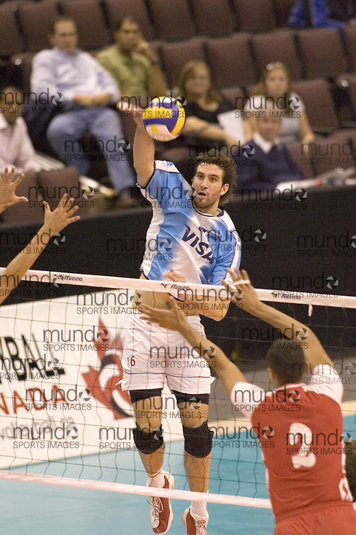 Martin Hernandez del equipe masculino de argentina julgando contra Tunisia en el Anton Furlani International Cup de Volley. Argentina perdó a Tunisia 3-1. El juego fue en Ottawa, Canada...Argentina lost to Tunisia 3-1 in the first game of the Anton Furlani International Volleyball Cup, held in Ottawa, Canada. .Copyright Sean Burges / Mundo Sport Images, 2006 .Anton Furlani Cup.Copyright Sean Burges / Mundo Sport Images, 2006