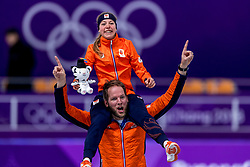 16-02-2018 KOR: Olympic Games day 7, PyeongChang<br /> 5000 meter schaatsen vrouwen / Met een sensationele race heeft Esmee Visser de olympische titel veroverd op de vijf kilometer. Feest vieren met coach Remmelt Elderink