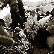 VIAJAR EN LAS CAJAS DE LOS CAMIONES ES MAS BARATO<br /> QUE LOS AUTOBUSES PERO AL MISMO TIEMPO MUCHO MAS INCOMODO POR EL FRIO Y LA LLUVIA ADEMAS DE PELIGROSO. CARRETERA DE LOS YUNGAS . BOLIVIA.<br /> FOTO : JORDI CAMI