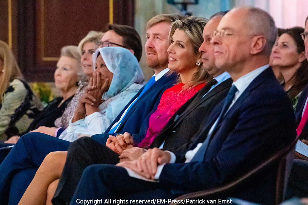 Koninklijke Familie bij uitreiking Prins Claus Prijs 2019 aan beeldend kunstenaar Kamala Ibrahim Ishag uit Soedan. Prins Constantijn reikt als erevoorzitter van het Prins Claus Fonds de prijs uit. <br /> <br /> Royal Family at awarding Prince Claus Award 2019 to visual artist Kamala Ibrahim Ishag from Sudan. Prince Constantijn presents the prize as honorary chairman of the Prince Claus Fund.<br /> <br /> Op de foto / On the Photo:  Koning Willem-Alexander en Koningin Maxima met Prinses Beatrix, Prins Constantijn, Prinses Laurentien en Prinses Mabel /// King Willem-Alexander and Queen Maxima with Princess Beatrix, Prince Constantijn, Princess Laurentien and Princess Mabel