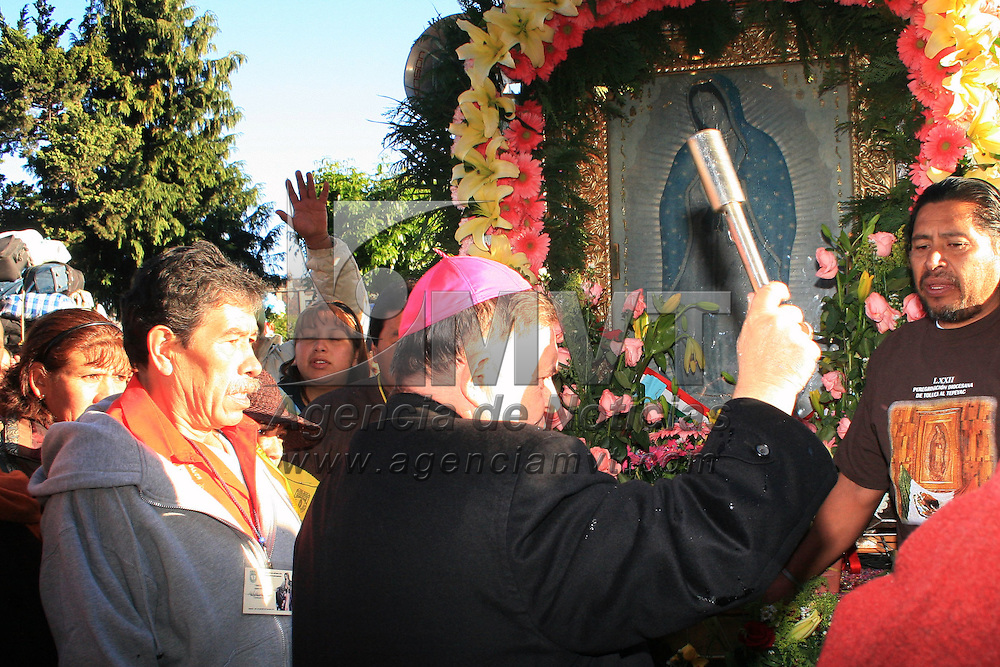 TOLUCA, México.- Francisco Javier Chavolla Ramos, obispo de la Diócesis de Toluca dio la bendición a más de 20 mil peregrinos de la diócesis de Toluca y Tenancingo que iniciaron su 72 peregrinar hacia la basílica de Guadalupe, a quienes les pidió el obispo caminar con la fe en el corazón y no tomar este acto como diversión. Agencia MVT / José Hernández. (DIGITAL)