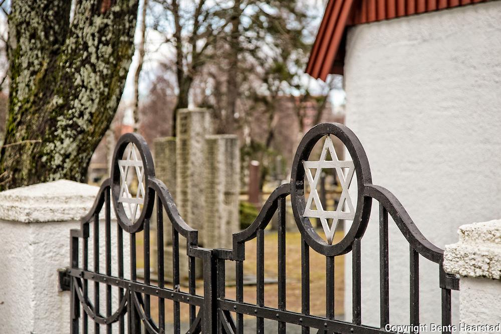 Den j&oslash;diske kirkeg&aring;rden i Trondheim har sitt eget omr&aring;de ved Lademoen kirkeg&aring;rd. Den j&oslash;diske gravlunden i Trondheim ble oppretta i 1903 som gravlund for Det mosaiske trossamfunn, Trondheim. F&oslash;r dette hadde j&oslash;dene i Trondheim m&aring;ttet sende sine d&oslash;de til Kristiania eller til Sverige for &aring; kunne f&aring; begravelse p&aring; en j&oslash;disk gravlund. <br /> I 1896 inngikk Det mosaiske trossamfunn i Oslo og menigheten i Trondheim en avtale om fordeling av kostnadene til begravelser. For j&oslash;dene i Midt-Norge var det dyrt med transport, ikke minst n&aring;r man ble ramma av den h&oslash;ye barned&oslash;deligheten. Det ble ogs&aring; vanskelig for menigheten i Kristiania &aring; ta seg av alle begravelser etterhvert som menigheten i Midt-Norge vokste. Det var ogs&aring; et problem at man etter j&oslash;disk skikk skal gravlegge den d&oslash;de s&aring; raskt som mulig. <br /> I 1897 ble det derfor sendt en s&oslash;knad til Trondheim kommune om &aring; f&aring; en egen gravlund. Man tenkte seg da et hj&oslash;rne p&aring; Tilfredshed kirkeg&aring;rd p&aring; &Oslash;ya. Den norske kirke hadde ikke noe prinsipielt problem, men m&aring;tte si nei fordi Tilfredshed allerede var for liten. To &aring;r senere begynte planlegginga av en ny kirkeg&aring;rd i Trondheim. Det ble vedtatt &aring; legge den p&aring; Lademoen, og den j&oslash;diske menigheten s&oslash;kte om &aring; f&aring; et omr&aring;de der. Det ble innvilga i 1902, og &aring;ret etter var den j&oslash;diske gravlunden klart til &aring; bli tatt i bruk. Den f&oslash;rste som ble gravlagt der var et tretten m&aring;neder gammelt barn. <br /> J&oslash;diske gravlunder skiller seg fra &laquo;vanlige&raquo; norske kirkeg&aring;rder ved at gravene etter j&oslash;disk skikk ikke skal slettes. Dette gir seg et synlig utslag i at de j&oslash;diske gravlundene har en st&oslash;rre andel eldre gravminner enn det man ellers finner. Noe annet man raskt legg