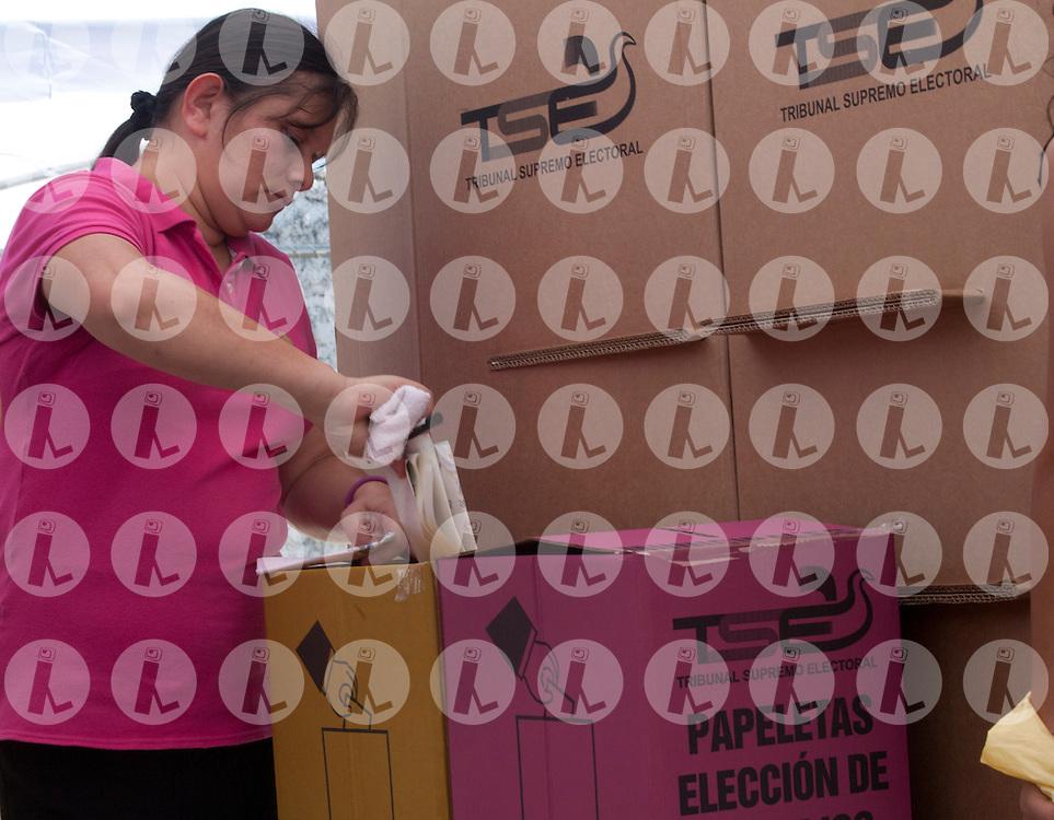 Una persona deposita su papelata de votacion Domingo March 11, 2012 en Soyapango, El Salvador, durante el proceso electoral para elegir a gobiernos municipales y a los diptados a la Asablea Legislativa. El Salvador impulsa por primera vez el voto residencial. (Edgar ROMERO/Imagenes Libres).