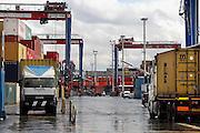 Italie, Napels, 7-3-2008..Containers in de haven,containerhaven van de stad Napels. Via deze zeehaven worden veel illegale goederen en smokkelwaar het land, europa binnengebracht...Foto: Flip Franssen