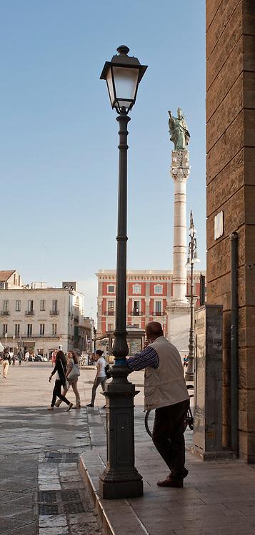La Colonna di Sant'Oronzo, alta circa 29 metri, è situata in Piazza Sant'Oronzo a Lecce. Sulla sommità ospita la statua del patrono eseguita a Venezia nel 1739..La colonna venne eretta in segno di gratitudine a Sant'Oronzo, a cui la città attribuì la sua preservazione dalla peste diffusasi nel 1656 nel Regno di Napoli.