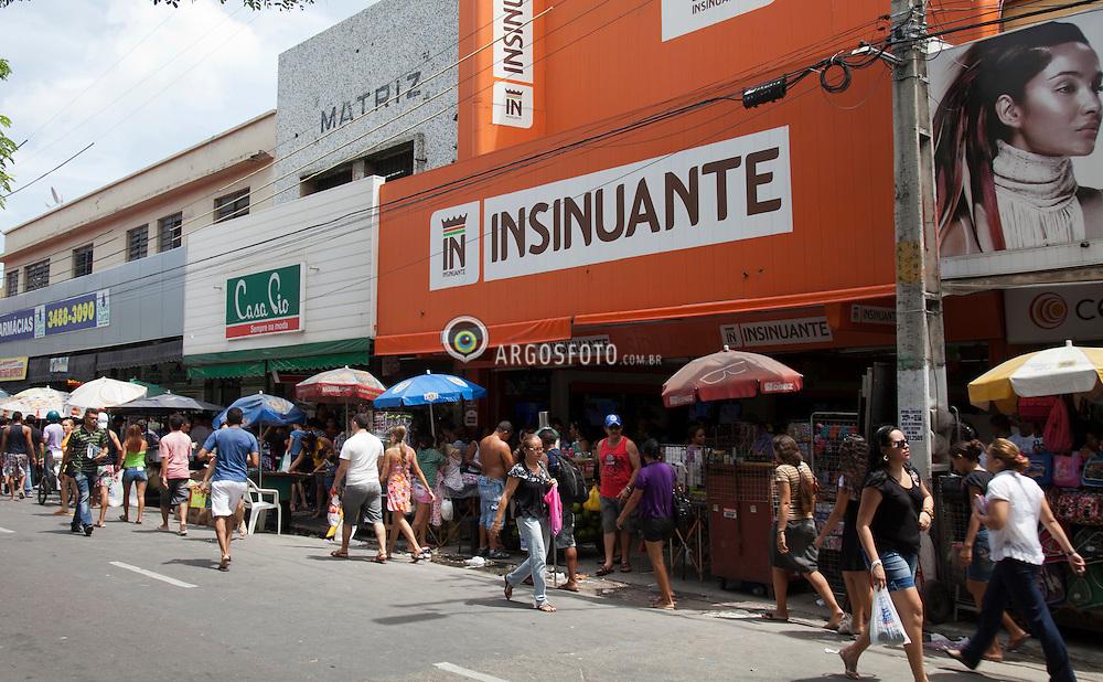 Comercio irregular no centro de Fortaleza dificultando a circulacao de pedestres, na Rua Senador Pompeu/ Irregular trade in the center of Fortaleza hindering the movement of pedestrians
