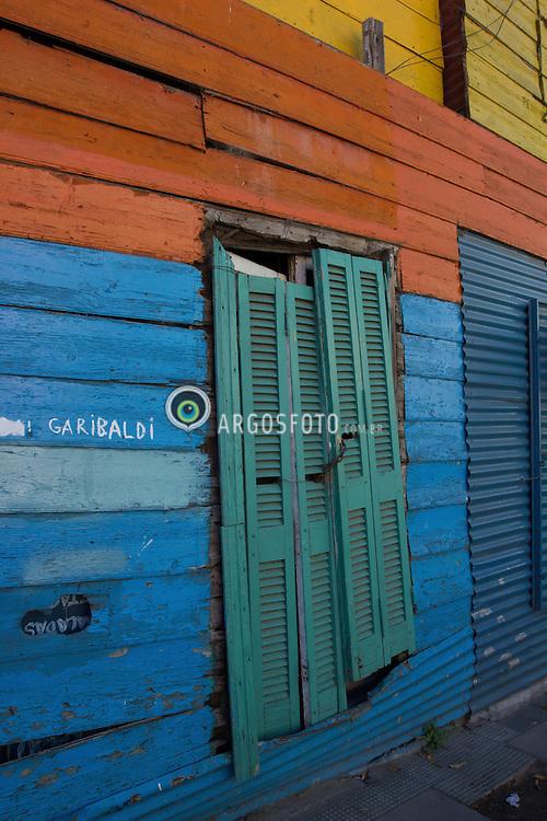 Caminito eh uma rua-museu e um logradouro tradicional, de grande valor cultural e turistico, localizado no bairro de La Boca, na Cidade de Buenos Aires, Argentina. O lugar adquiriu significado cultural devido a ter inspirado a música do famoso tango Caminito (1926), composta por Juan de Dios Filiberto. Buenos Aires eh a capital e maior cidade da Argentina, figurando como a segunda maior area metropolitana da America do Sul. / Caminito is a short street in La Boca, a neighbourhood, or barrio of the Argentine capital, Buenos Aires. Buenos Aires is the capital and largest city of Argentina, and the second-largest metropolitan area in South America. 2013