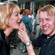 Opening Kosmetisch Consult Amsterdam, Karla Wildschut laat haar tanden schoonmaken door Dennis van Tellingen