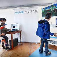 Nederland, Amsterdam , 7 oktober 2013.<br /> VUmc-ers testen balans, gehoor, fitheid, bloeddoorstroming, geheugen en knijpkracht van het publiek<br /> 3 oktober 2013<br /> VUmc staat zaterdag 5 oktober van 11.00 tot 17.00 uur met twee medische paviljoens bij Science Center Nemo Amsterdam, in het kader van het Weekend van de Wetenschap. Bezoekers laten allerlei lichaamsfuncties testen door VUmc-wetenschappers van uiteenlopende disciplines. De toegang van zowel NEMO als de VUmc-paviljoens is gratis.<br /> Bezoekers doen onder meer een balanstraining met behulp van een computerspel; zij kunnen testen hoe goed zij kunnen horen in een omgeving met achtergrondgeluid en voor kinderen is er een springkrachtmeting met behulp van een elektronische mat. Bezoekers die het aandurven, krijgen een cameraatje onder de tong, dat de bloeddoorstroming tot in de kleinste haarvaatjes meet. In de medische paviljoens zijn geheugentestjes te doen en met een knijpkrachtmeter is vast te<br /> Op de foto: kinderen worden na het zien van een tekening gemaskerd gevraagd om de tekening zo goed mogelijk na te tekenen.<br /> Foto:Jean-Pierre Jans