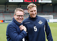 FODBOLD: Anfører Andreas Holm (FC Helsingør) har fat i direktør Janus Kyhl før kampen i ALKA Superligaen mellem AaB og FC Helsingør den 15. oktober 2017 på Aalborg Stadion. Foto: Claus Birch