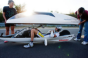 Francesco Russo installeert zich in zijn recordfiets.<br /> <br /> Francesco Russo is installing himself in his speedbike
