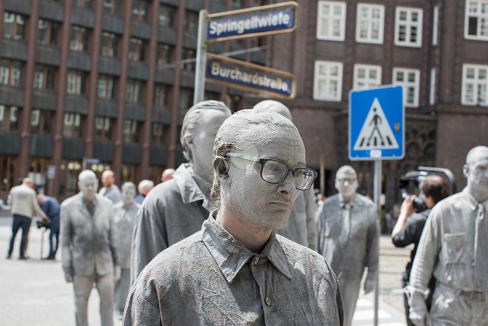 DE, DEUTSCHLAND, Hamburg. 05.07.2017 / Protestaktion 100 Gestalten: Im Vorfeld des G20-Gipfels findet mitten in der Hamburger City eine Aktion mit lehmverschmierten Gestalten statt. Sie stehen für eine Gesellschaft, in der Veraenderung nicht von oben kommt, sondern von jedem Einzelnen ausgeht. In der die Menschen sich den politischen Herausforderungen stellen und gemeinsam für Solidaritaet, Toleranz und konstruktiven Diskurs kaempfen.
