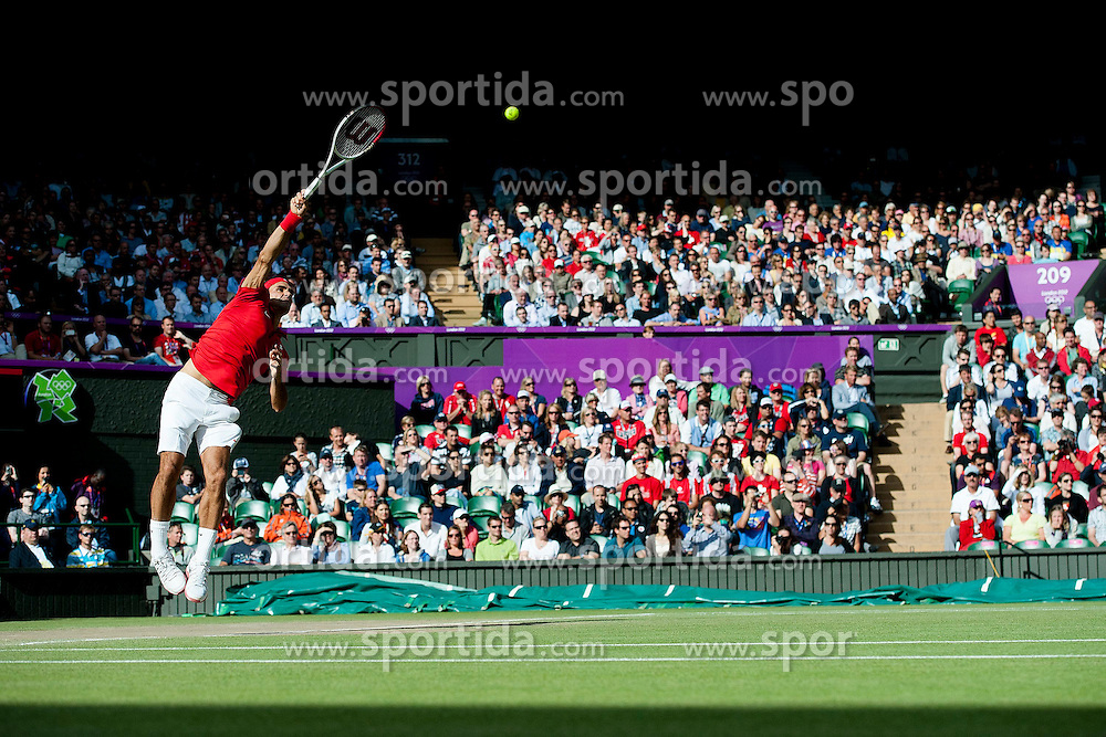 02.08.2012, Wimbledon, London, GBR, Olympia 2012, Tennis, im Bild Roger Federer (SUI) schlaegt gegen John Isner (USA) auf // during Tennis, at the 2012 Summer Olympics at Wimbledon, London, United Kingdom on 2012/08/02. EXPA Pictures © 2012, PhotoCredit: EXPA/ Freshfocus/ Valeriano Di Domenico..***** ATTENTION - for AUT, SLO, CRO, SRB, BIH only *****