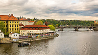 Prague, la ville aux mille tours et mille clochers, n'a pas seulement inspire Andre Breton et les surrealistes. Chaque annee, la belle Tcheque seduit des millions d'admirateurs du monde entier. Monuments, façades et statues racontent une histoire mouvementee ou planent les ombres du Golem, de Mucha ou de Kafka.<br /> Depuis 1992, le centre ville historique est inscrit sur la liste du patrimoine mondial par l'UNESCO<br /> Musee Kafka