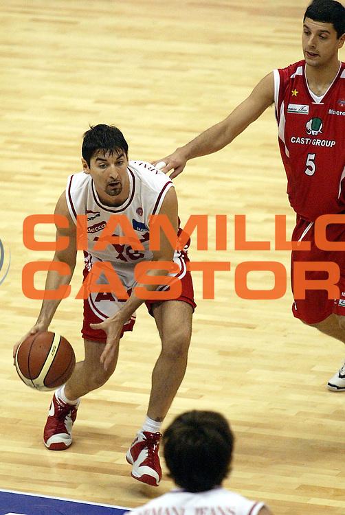 DESCRIZIONE : MILANO CAMPIONATO LEGA A1 2004-2005<br />GIOCATORE : GIGENA<br />SQUADRA : ARMANI JEANS MILANO<br />EVENTO : CAMPIONATO LEGA A1 2004-2005<br />GARA : ARMANI JEANS MILANO-CASTI GROUP VARESE<br />DATA : 20/11/2004<br />CATEGORIA : Palleggio<br />SPORT : Pallacanestro<br />AUTORE : AGENZIA CIAMILLO &amp; CASTORIA/S.Ceretti