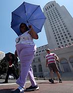 8月29日,在美国加利福尼亚州洛杉矶,一名女子顶着雨伞遮挡阳光。当日,由于南加州迎来一股热浪,洛杉矶地区的气温高于正常水平18度,许多地区气温将直逼100℉以上。破纪录高的气温将持续至周末,加州能源部敦促民众要自发节省用电。新华社发 (赵汉荣摄)<br /> A woman holds an umbrella to shield herself from the sun as she crossing a street in front of City Hall on Tuesday, August 29, 2017, in Los Angeles, the United States. Record-breaking heat will persist across Southern California Tuesday, with Los Angeles County temperatures up to 18 degrees above normal, and forecasters issued a heat advisory for the Los Angeles County coast. California energy authorities urged voluntary conservation of electricity Tuesday as a wave of triple-digit heat strained the state's power grid. (Xinhua/Zhao Hanrong)(Photo by Ringo Chiu)<br /> <br /> Usage Notes: This content is intended for editorial use only. For other uses, additional clearances may be required.