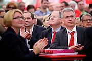 Frankfurt am Main | 21.09.2013<br /> <br /> Endspurt-Kundgebung auf dem Frankfurter R&ouml;merberg zum Landtagswahlkampf der SPD (Sozialdemokratische Partei Deutschlands) 2013, hier: <br /> Dr. Annette G&uuml;mbel, Peer Steinbr&uuml;ck, Peter Feldmann (v.l.).<br /> <br /> ABDRUCK/NUTZUNG HONORARPFLICHTIG!<br /> <br /> &copy;peter-juelich.com<br /> <br /> [No Model Release | No Property Release]