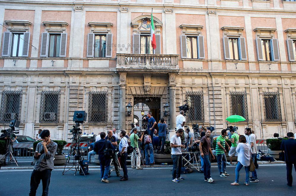 Roma, 1 agosto 2013.<br /> I giornalisti di fronte a Palazzo Grazioli, la casa di Berlusconi a Roma, in attesa del verdetto della Corte di Cassazione per il processo  Mediaset .