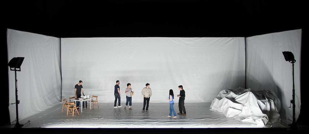 BIG BANG / Philippe Quesne / Vivarium Studio. Manège de Reims, 10 février 2011. Photo : Martin Argyroglo..Avec Isabelle Angotti, Rodolphe Auté, Yvan Clédat, Jung-Ae Kim, Sylvain Rausa , Emilien Tessier, César Vayssié, Gaëtan Vourc'h