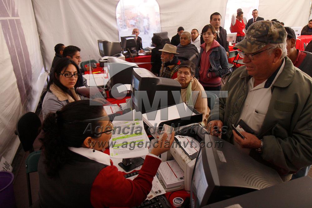 TOLUCA, México.- El Organismo de Agua y Saneamiento de Toluca instalo una carpa en la Plaza Fray Andrés de Castro en donde se está realizando el cobro de agua a la población en general. Agencia MVT / Crisanta Espinosa. (DIGITAL)