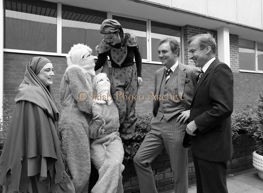 Irish Business Mogul Tony O'Reilly with the 'Team'...Photographed at Dublin Airport...1980-08-13.13th August 1980.13/08/1980.08-13-80..Tony O'Reilly in Light suit in the midst of the 'Team'.