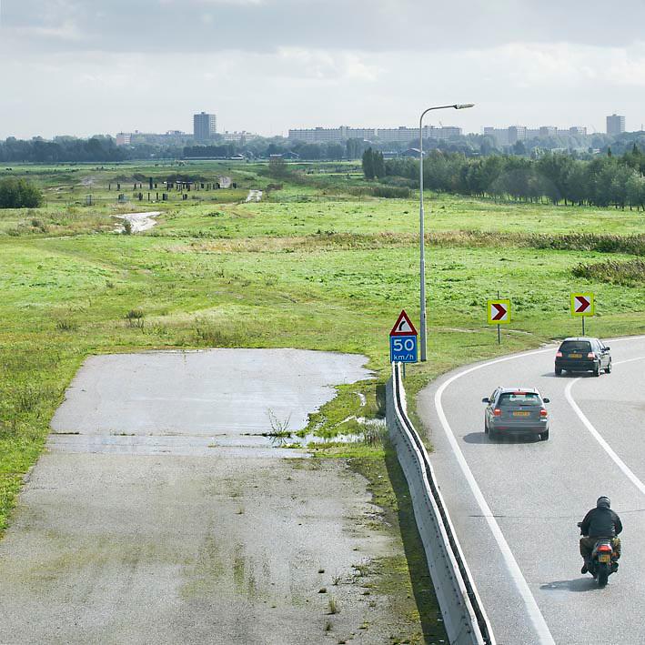Nederland Delft 17-09-2010 20100917     A4 Delft - Schiedam wordt definitief verlengd,  er  is begin deze maand officieel besloten tot de aanleg van het stuk snelweg waarover zo'n vijftig jaar is gesproken. Rijkswaterstaat en het ministerie van VWS hebben dat laten weten.Over de nieuwe verkeersader wordt al decennialang gesteggeld, vooral omdat de weg het natuurgebied Midden-Delfland doorboort...De zeven kilometer asfalt tussen Delft en Schiedam doorkruist straks verdiept of via een tunnel het natuurgebied tussen de twee steden. Het belangrijkste pluspunt is dat de A13 wordt ontlast. Op rijksweg A13 staat dagelijks de voor de economie schadelijkste file van Nederland. Met het project A4 Delft-Schiedam willen lokale en regionale overheden en het Rijk de problemen rond bereikbaarheid en leefbaarheid op en rond de A13 en de A4 Delft-Schiedam oplossen, ook de bereikbaarheid van de Maasvlakte wordt zo verbeterd. Randstad.  ontlasting wegennet. Midden Delftland. , route, ruimte, ruimtelijk, ruimtelijke omgeving, ruimtelijke ordening, ruimtelijke planning, ruimtelijke visie, ruraal, rurale omgeving, rustiek, rustieke, rustieke omgeving, rustig, rustige, schadelijk, schadelijk voor milieu, schaden, snelweg, snelwegen, spoor, stil, terrein, toekomst, toekomstige plannen, toekomstplannen, tracé, traject, transport, uitgestrektheid, uitlaatgassen, verbinding, verbindingen, vergezicht, vergezichten, verkeer en vervoer, verkeer en waterstaat, verkeersader, verkeersaders, verkeersdruk, verkeersnet, vernieuwing, vervoer, vewezenlijken, weg, wegen, wegenbouw, wegennet, wegnet, wegverbinding, wei, weide, wijds, wijdsheid