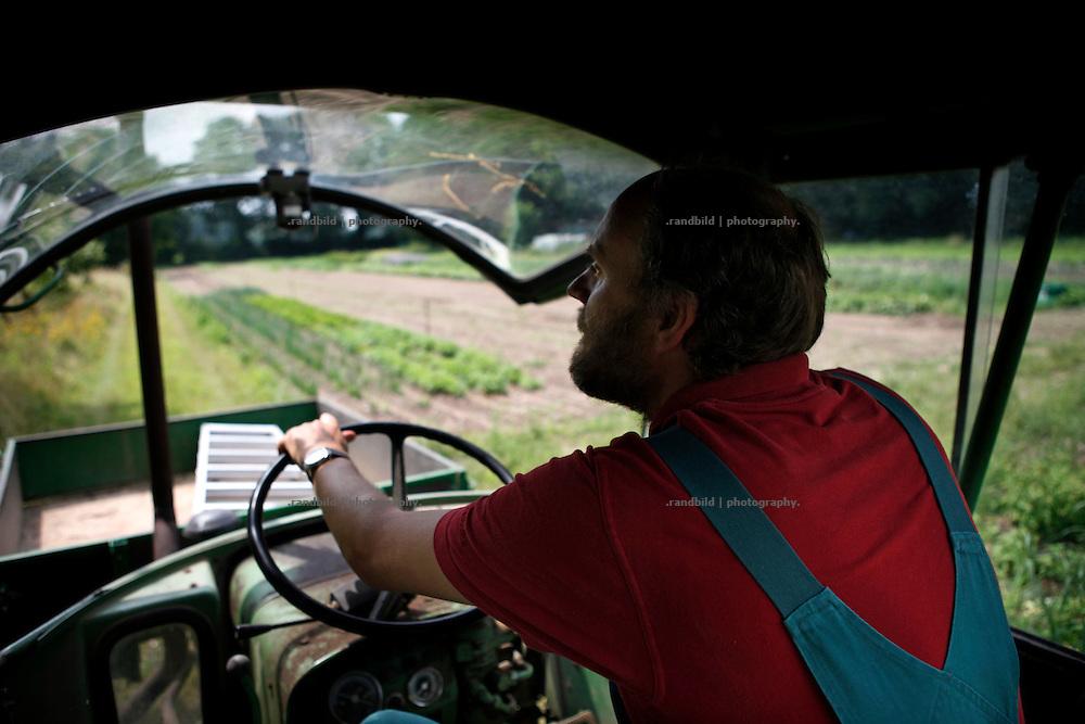 Klaus Verbeck tuckert mit dem alten Fendt-Traktor zu den Äckern des Gärtnerhofs Bienenbüttel