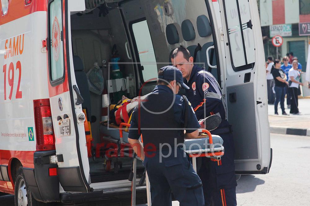 Acidente-Homem cai de escada-Alvorada-RS-14/09/2014-Homem caiu de escada enquanto trabalhava em uma faixada no terceiro andar de um predio em Alvorada(RS).Segundo medicos o homem teve epilepsia e convulsao apos a queda,o homem foi encaminhado ao Hospital de Alvorada. Foto:Everton Silveira/Raw Image/Frame