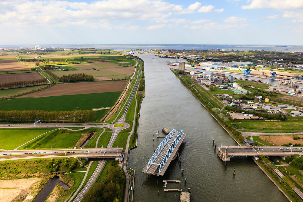 Nederland, Zeeland, Zeeuws-Vlaanderen, 09-05-2013; Sluiskil, Kanaal Gent-Terneuzen, kanaalkruising Sluiskil. Foto richting Terneuzen.<br /> De brug in de N61 sluit zeer regelmatig voor zeeschepen en dit veroorzaakt files. Daarom zal de kanaalbrug vervangen worden door een tunnel, de Sluiskiltunnel (oplevering 2015).<br /> The pivot bridge over the canal Gent-Terneuzen (Zeeland) closes very regularly for seagoing vessels and this causes traffic jams. Therefore, the canal bridge will be replaced by a tunnel, the tunnel Sluiskil (completion 2015).<br /> luchtfoto (toeslag op standard tarieven);<br /> aerial photo (additional fee required);<br /> copyright foto/photo Siebe Swart.