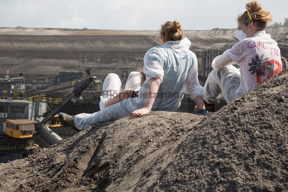 Welzow, Brandenburg, Germany - 13.05.2016<br /> <br /> Massive protests against coal power inside Vattenfall open-cast mine near the Brandenburg small town Welzow. About 1500 activists climbed into the pit and blocked several excavators and conveyor systems. Hundreds more protesters blocked surrounding coal transport tracks and a loading station. The protests are part of the anti-coal &rdquo;Ende Gelaende&quot;-Camp.<br /> <br /> Massive Proteste gegen Kohle-Energie am Vattenfall-Tagebau im brandenburgischen Welzow. 1500 Aktivisten kletterten in die Grube und blockierten mehrere Bagger und die F&ouml;rderanlagen. Hunderte weitere Demonstranten blockierten Umliegende Kohle-Transport Gleise und einen Verladebahnhof. Die Proteste finden im Rahmen der Anti-Kohle &rdquo;Ende Gelaende&rdquo;-Camps statt.<br /> <br /> Photo: Bjoern Kietzmann