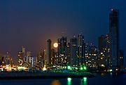 Luna llena saliendo entre los edificios  de la ciudad de Panama, edificada frente a la golfo de Panamá, actualmente cuenta con una construcción de edificios modernos, corredores viales y varios centros comerciales.  Foto: Ramon Lepage / Istmophoto...
