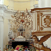 Noto il famoso paese tutelato dall'Unesco per l'architettura barocca..Il pulpito e l'altare della chiesa di San Carlo..Noto, the famous village protected from Unesco for his baroque architecture..The pulpit and the altar of San Carlo church.