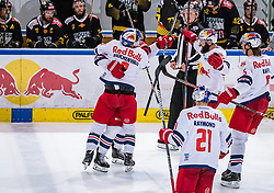 09.04.2019, Eisarena, Salzburg, AUT, EBEL, EC Red Bull Salzburg vs Vienna Capitals, Halbfinale, 6. Spiel, im Bild Torjubel Salzburg nach dem 2:2 durch William Oneill (EC Red Bull Salzburg) // during the Erste Bank Icehockey 6th semifinal match between EC Red Bull Salzburg vs Vienna Capitals at the Eisarena in Salzburg, Austria on 2019/04/09. EXPA Pictures © 2019, PhotoCredit: EXPA/ JFK