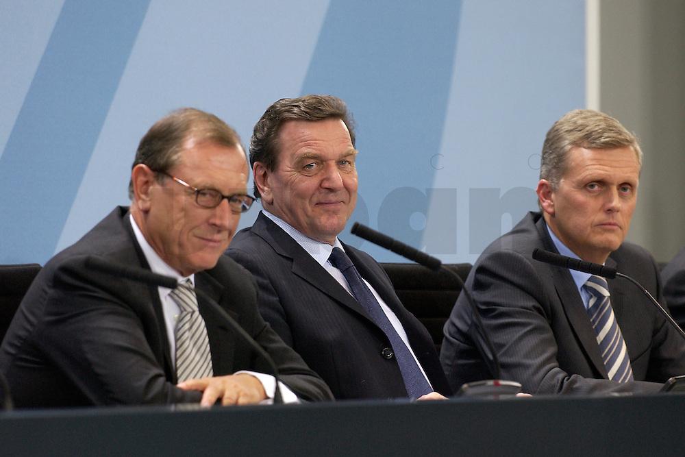 29 FEB 2004, BERLIN/GERMANY:<br /> Juergen Schrempp, Vorstandsvorsitzender Daimler Chrysler, Gerhard Schroeder, SPD, Bundeskanzler, Kai-Uwe Ricke, Vorstandsvorsitzender Deutsche Telekom, (v.L.n.R.), waehrend einer Pressekonferenz zur Verstaendigung der Bundesregierung und dem Konsortium Toll Collect &uuml;ber eine weitere Zusammenarbeit beim Aufbau eines LKW Mautsystems, Bundeskanzleramt<br /> IMAGE: 20040229-01-029<br /> KEYWORDS: J&uuml;rgen Schrempp, Gerhard Schr&ouml;der