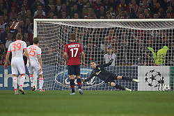 23.10.2012, Grand Stade Lille Metropole, Lille, OSC Lille vs FC Bayern Muenchen, im Bild Thomas MUELLER (FC Bayern Muenchen - 25) erielt das 0-1 per Foulelfmeter - Mickael LANDREAU (OSC Lille - 1) machtlos // during UEFA Championsleague Match between Lille OSC and FC Bayern Munich at the Grand Stade Lille Metropole, Lille, France on 2012/10/23. EXPA Pictures © 2012, PhotoCredit: EXPA/ Eibner/ Gerry Schmit..***** ATTENTION - OUT OF GER *****