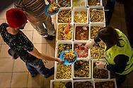 Portugal, Funchal, 16/02/17:Voluntários da Associação Casa servem o jantar no Mercado Municipal do Funchal para cerca de 60 pessoas carenciadas e sem abrigo da cidade.<br /> Foto Gregório Cunha