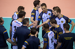 20-02-2015 NED: Landstede Volleybal - Peelpush, Almere<br /> Landstede verslaat in de halve finale Peelpush met 3-0 / Time out Coach Guido Gortzen of Peelpush