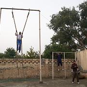 Les élèves de Bhiwani Boxing Club pendant l'entraînement athletic dans la cour du complexe. Les élèves se changent positions et outils, en tournand dans la cour