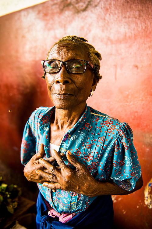 Freundlich ältere Frau im Markt