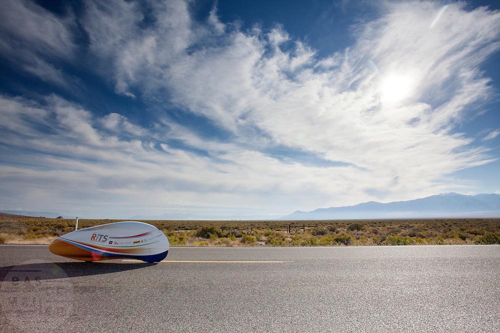 Ellen van Vugt tijdens de ochtendrun op de derde dag van de races. In Battle Mountain (Nevada) wordt ieder jaar de World Human Powered Speed Challenge gehouden. Tijdens deze wedstrijd wordt geprobeerd zo hard mogelijk te fietsen op pure menskracht. Het huidige record staat sinds 2015 op naam van de Canadees Todd Reichert die 139,45 km/h reed. De deelnemers bestaan zowel uit teams van universiteiten als uit hobbyisten. Met de gestroomlijnde fietsen willen ze laten zien wat mogelijk is met menskracht. De speciale ligfietsen kunnen gezien worden als de Formule 1 van het fietsen. De kennis die wordt opgedaan wordt ook gebruikt om duurzaam vervoer verder te ontwikkelen.<br /> <br /> In Battle Mountain (Nevada) each year the World Human Powered Speed Challenge is held. During this race they try to ride on pure manpower as hard as possible. Since 2015 the Canadian Todd Reichert is record holder with a speed of 136,45 km/h. The participants consist of both teams from universities and from hobbyists. With the sleek bikes they want to show what is possible with human power. The special recumbent bicycles can be seen as the Formula 1 of the bicycle. The knowledge gained is also used to develop sustainable transport.
