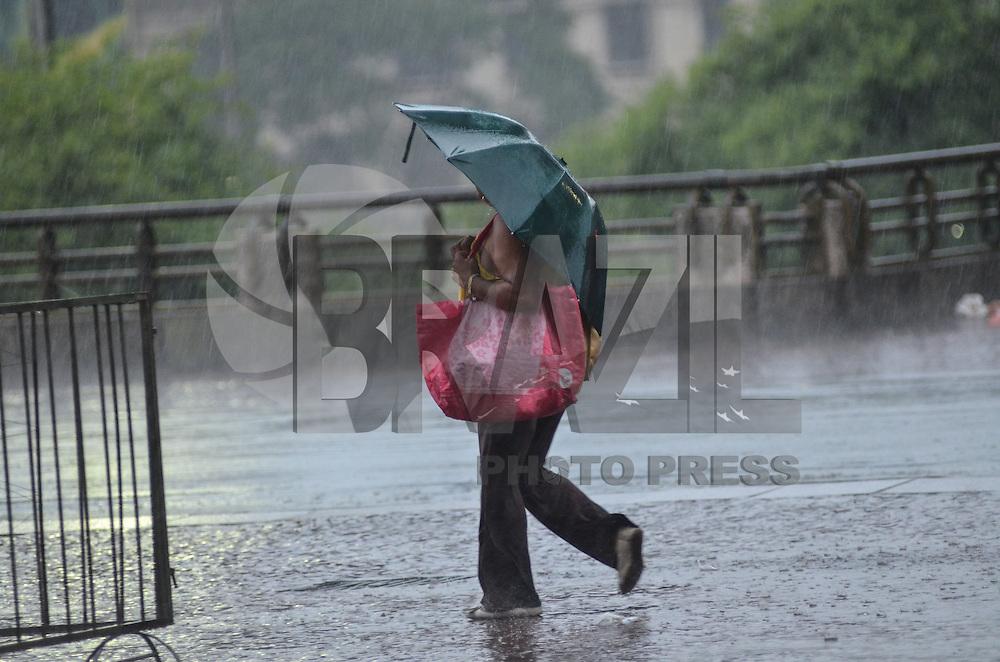 SAO PAULO, SP, 8 DE JANEIRO DE 2013. Pancada de chuva atinge a capital no inicio da noite desta terca feira, 08, regiao central.. (FOTO: ALEXANDRE MOREIRA / BRAZIL PHOTO PRESS).