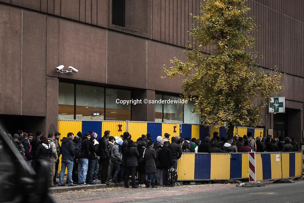 Brussel,Koning Albert II laan, vluchtelingen opvang Fedasil Belgie. 8 uur s ochtends, lange rijen vluchtelingen komen voor hun afspraak met FEDASIL