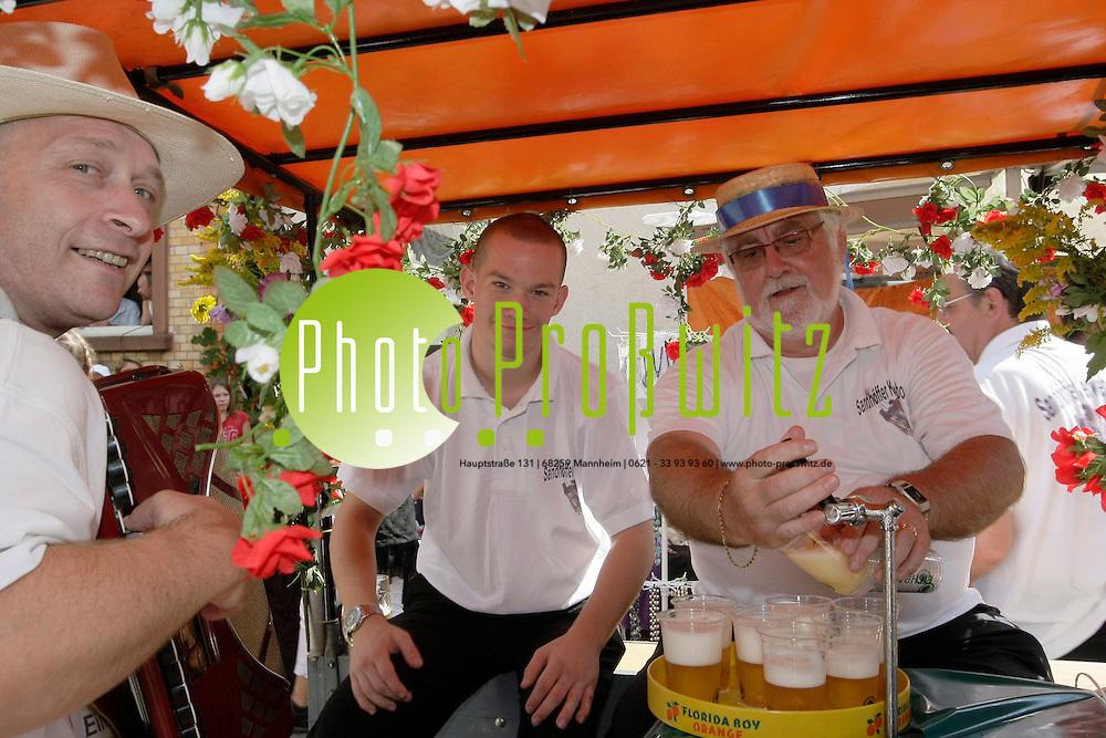 Mannheim. Sandhofen. Kerwe Sandhofen. Die Kerwe Bosch ziehen in einem Festumzug zum Festplatz.<br /> Horst Karcher als &quot;Hochw&cedil;rden&quot; <br /> Bild: Markus Proflwitz / masterpress /   *** Local Caption *** masterpress Mannheim - Pressefotoagentur<br /> Markus Proflwitz<br /> C8, 12-13<br /> 68159 MANNHEIM<br /> +49 621 33 93 93 60<br /> info@masterpress.org<br /> Dresdner Bank<br /> BLZ 67080050 / KTO 0650687000<br /> DE221362249