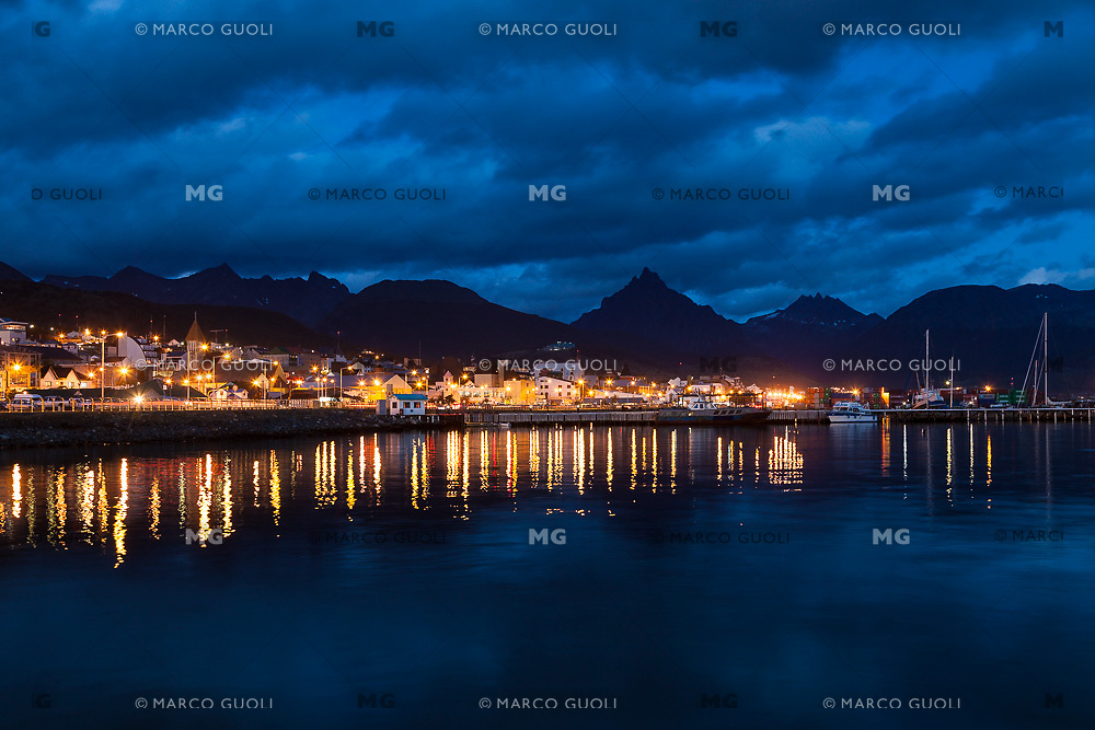 BAHIA Y CIUDAD DE USHUAIA DE NOCHE, MONTE OLIVA AL FONDO, PROVINCIA DE TIERRA DEL FUEGO,  PATAGONIA, ARGENTINA (PHOTO BY © MARCO GUOLI - ALL RIGHTS RESERVED. CONTACT THE AUTHOR FOR ANY KIND OF IMAGE REPRODUCTION)